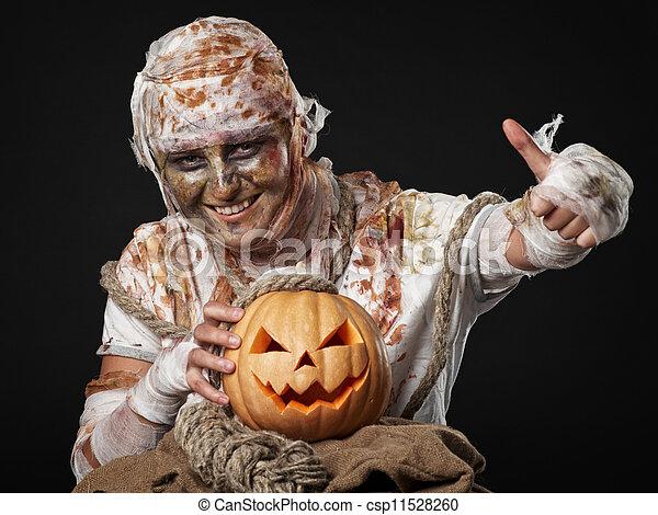 La momia está en el estudio sonriendo - csp11528260