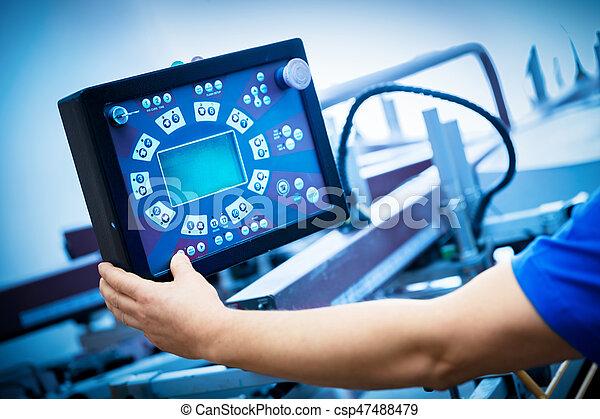 La máquina de proyección de impresión del trabajador en el monitor. - csp47488479