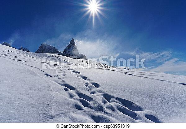 White snow Mountain soleado día - csp63951319
