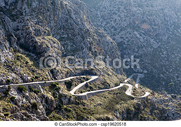 Viento en la montaña tramuntana cerca de la calobra en Mallorca, España - csp19620518