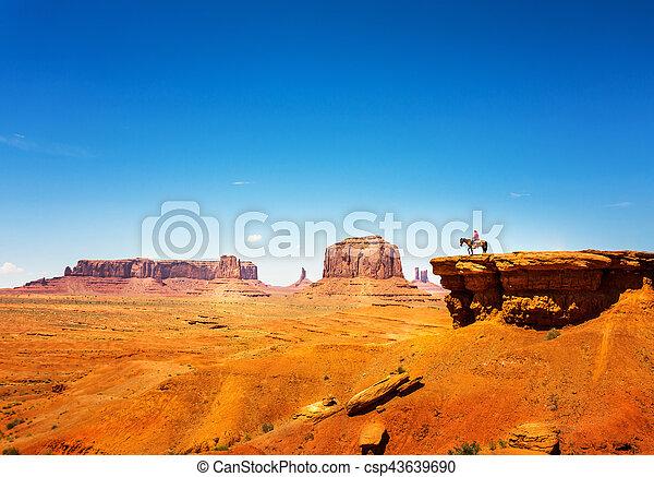 Rider en un caballo en la cima de la montaña arenisca - csp43639690