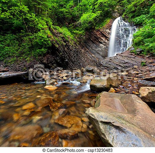 Una cascada de bosques en la montaña - csp13230483