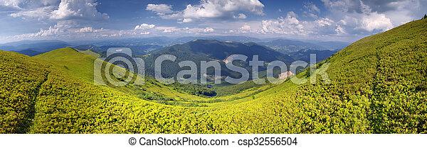 Día soleado en paisajes de montaña - csp32556504