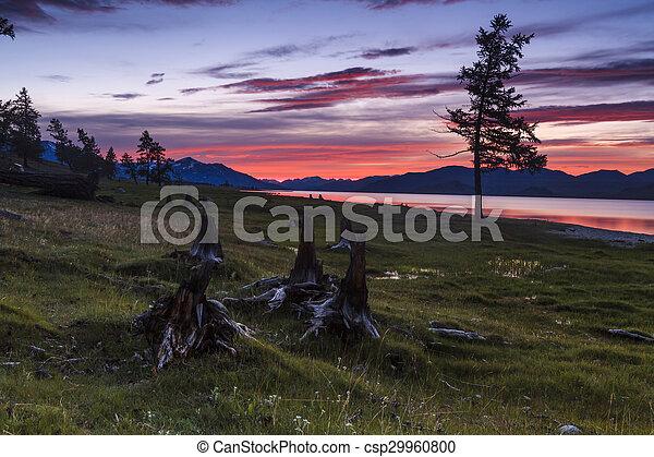 Un atardecer rojo increíble sobre un lago de montaña. - csp29960800