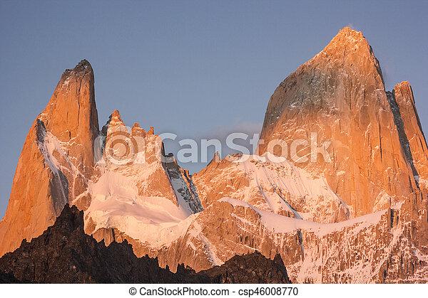 Fitz Roy Mountain al rojo amanecer - csp46008770