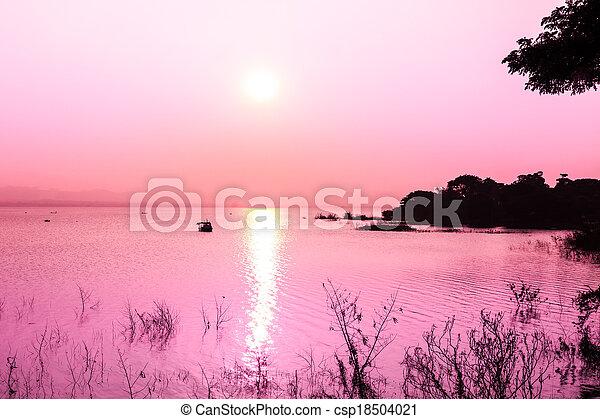 Sunset en la montaña y el lago - csp18504021