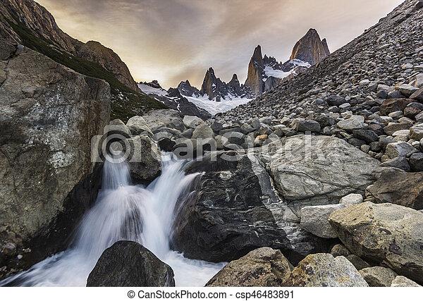 Río bajo la montaña Fitz Roy al atardecer - csp46483891