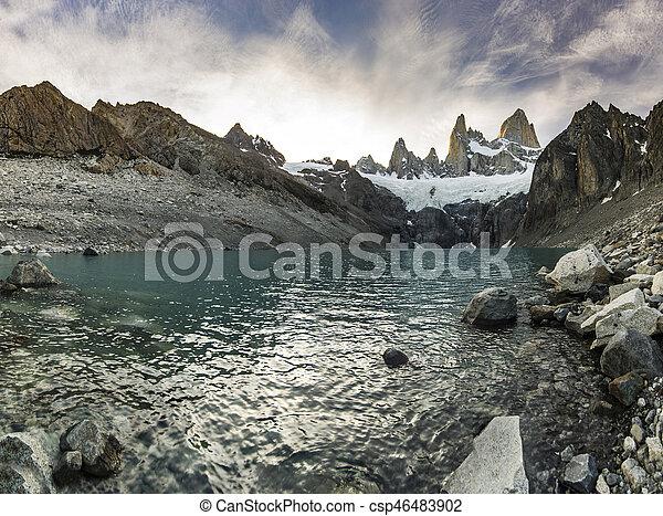 Fitz Roy montaña y lago al atardecer rojo - csp46483902