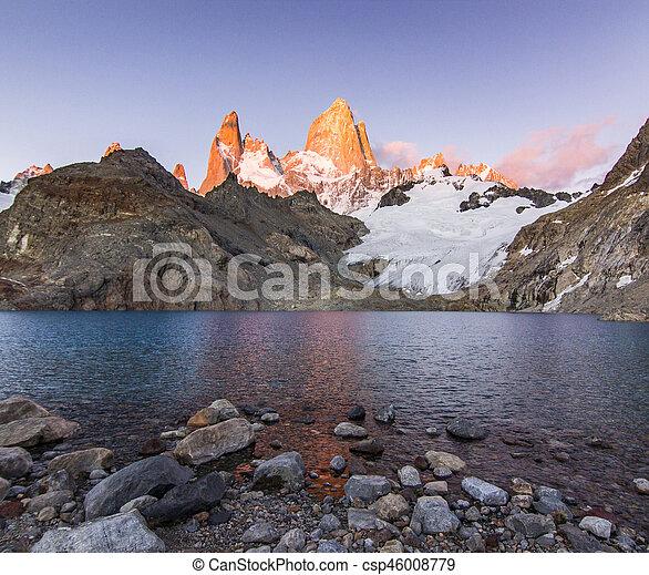 Fitz Roy montaña y lago al amanecer rojo - csp46008779
