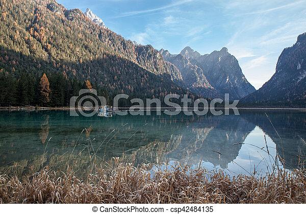 Lago de montaña en un día soleado - csp42484135