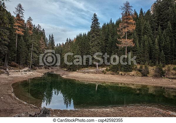 Lago de montaña en un día soleado - csp42592355