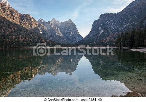 Lago de montaña en un día soleado - csp42484140