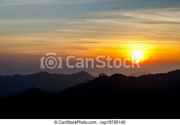 montañas, encima, salida del sol - csp18795140