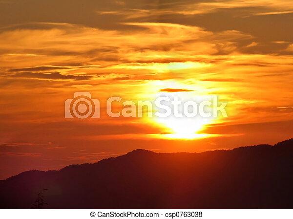 montañas, encima, salida del sol - csp0763038