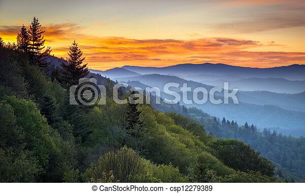 Grandes montañas humeantes, parques nacionales, paisajes escénicos del amanecer en la oconaluftee pasando por alto entre Cherokee NC y Gatlinburg TN - csp12279389
