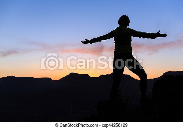 montañas, mujer, silueta, éxito, ocaso, montañismo - csp44258129