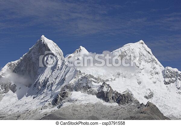 Una vista aérea de montañas healayas en nepal - csp3791558