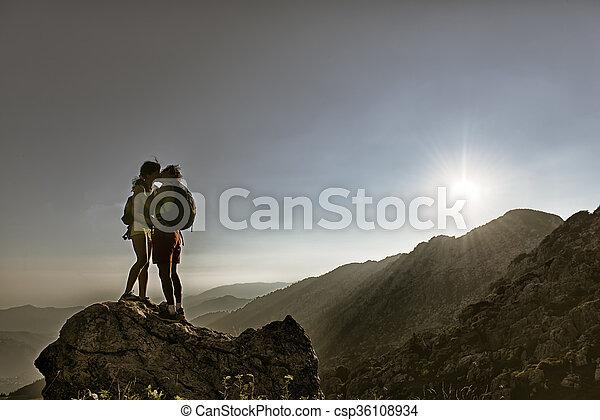 montañeros, cumbre, beso - csp36108934