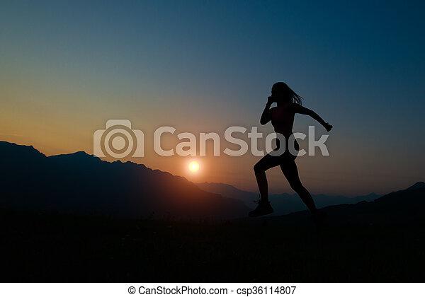 montagne, correndo, donna, silhouette, tramonto - csp36114807
