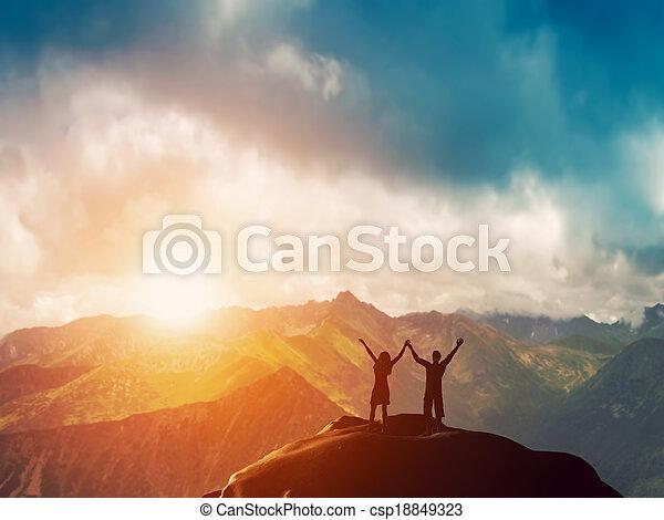 montagne, couple, ensemble, heureux - csp18849323