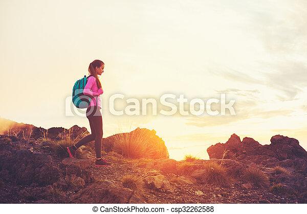 montagne, donna, tramonto, andando gita - csp32262588