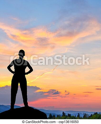 montagne, silhouette, colorito, giovane, tramonto, uomo - csp13616050