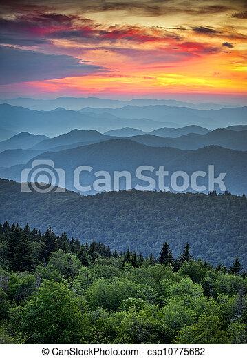 montagnes bleues, grand, arête, couches, scénique, parc national, coucher soleil, dorsale, appalachian, enfumé, route express, sur, paysage - csp10775682