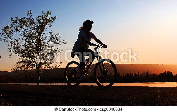 montando, mulher, bicicleta - csp0040634