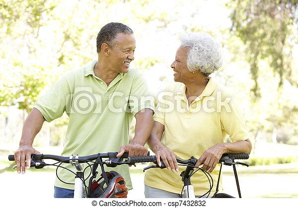 montando, par, bicicletas, parque, sênior - csp7432832