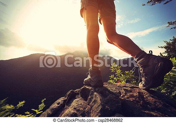 montanha, mulher, jovem, hiker, pico, rocha, pernas, amanhecer - csp28468862