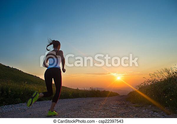 montanha, mulher, verão, executando, pôr do sol, estrada - csp22397543