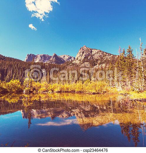 montanhas, lago - csp23464476