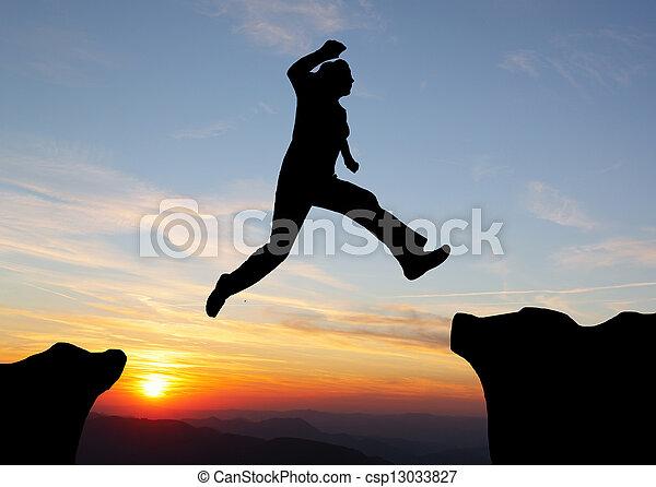 montanhas, silueta, hiking, sobre, pular, pôr do sol, homem - csp13033827