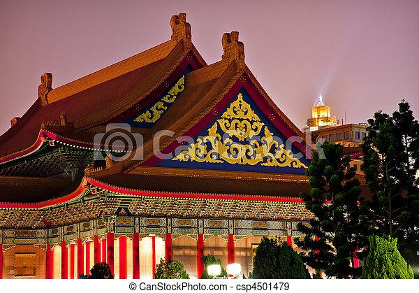 Los techos chinos tienen un teatro de ópera nacional Chiang kai-shek monumento conmemorativo al salón taiwan por la noche - csp4501479