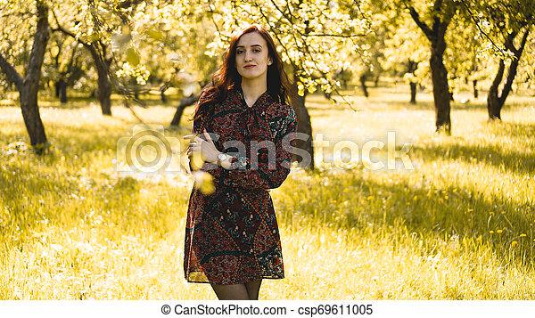 mooi, genieten, vrouw, gezonde , outdoor., park, jonge, nature., het glimlachen van het meisje - csp69611005