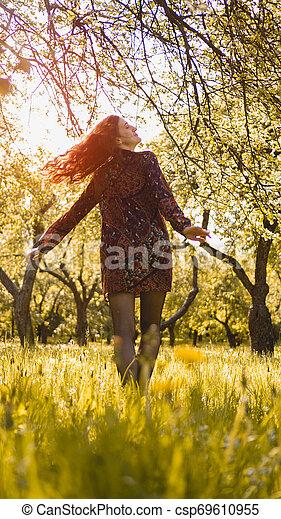 mooi, genieten, vrouw, gezonde , outdoor., park, jonge, nature., het glimlachen van het meisje - csp69610955