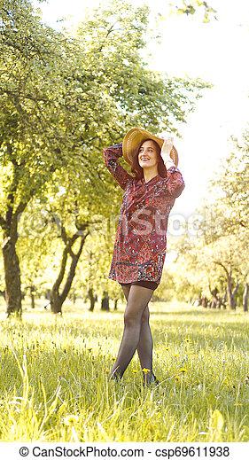 mooi, genieten, vrouw, gezonde , outdoor., park, jonge, nature., het glimlachen van het meisje - csp69611938