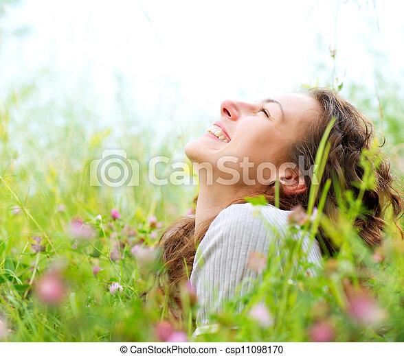 mooi, genieten, vrouw, weide, nature., jonge, outdoors. - csp11098170