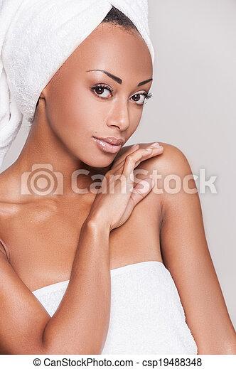 mooi, grijs, afro-amerikaanse vrouw, vasthouden, shirtless, jonge, hand, het kijken, terwijl, fototoestel, kin, achtergrond, fris, verticaal, staand, beautiful. - csp19488348