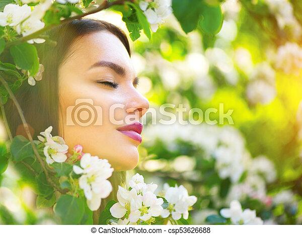 mooie vrouw, appel, natuur, lente, boompje, jonge, bloeien, het glimlachen, het genieten van - csp53626688