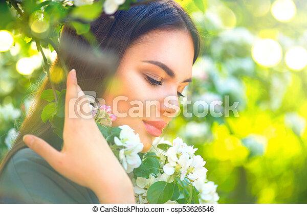 mooie vrouw, appel, natuur, lente, boompje, jonge, bloeien, het genieten van - csp53626546