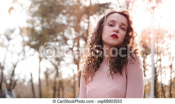 mooie vrouw, haar, jonge, achter, closeup, ondergaande zon  - csp68903553
