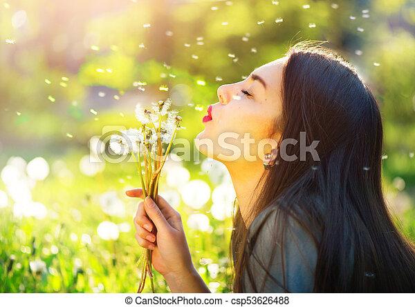 mooie vrouw, jonge, paardebloemen, blazen, het glimlachen - csp53626488