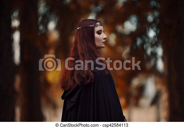 mooie vrouw, kap, hout, beeld, elf, jonge, mantel, zwart bos, mysterieus, heks, of - csp42584113