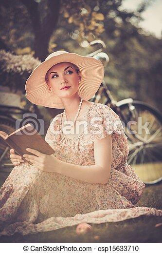 mooie vrouw, weide, boek, retro, blonde , lezende  - csp15633710