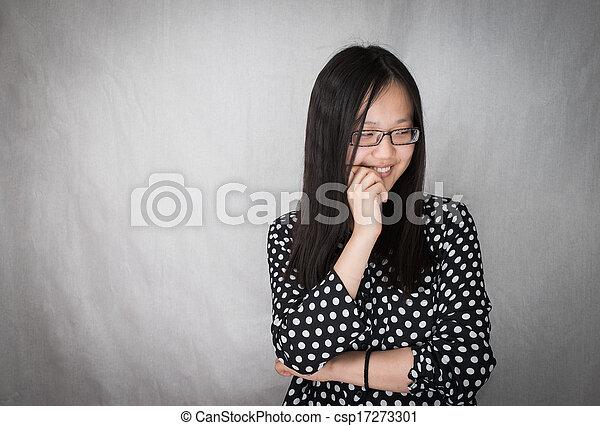 Chica sonriendo y mordiendo uñas - csp17273301