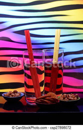 Bebidas y mordisquitos - csp27898072