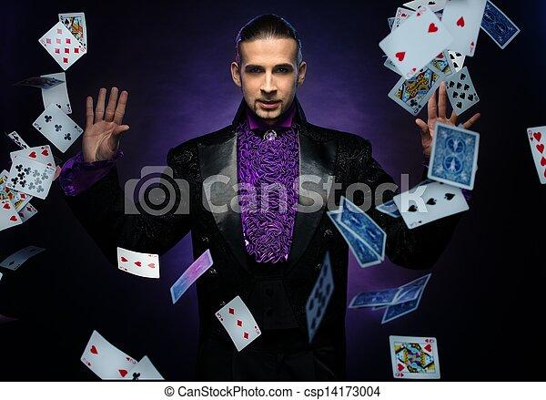 Joven mago morena en traje de escenario mostrando trucos de cartas - csp14173004