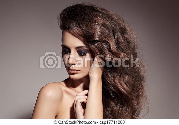 Hermosa mujer morena. Cabello rizado y largo. - csp17711200