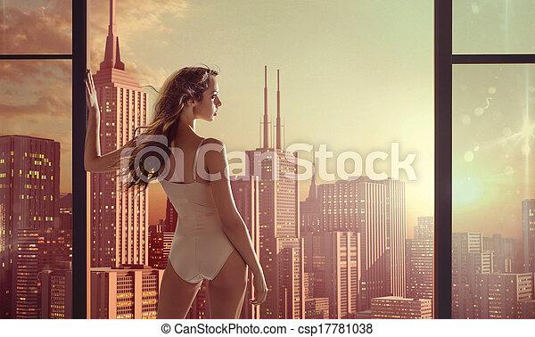Mujer morena mirando el hermoso amanecer - csp17781038
